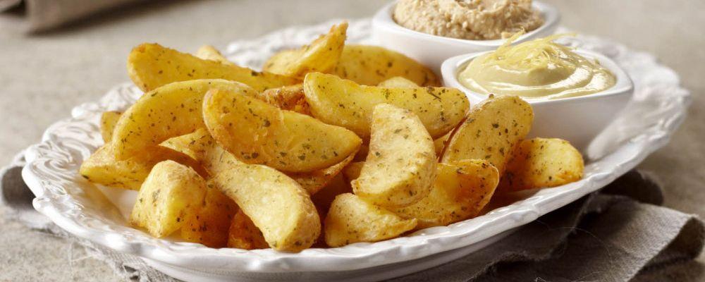 Americké brambory s příchutí česneku s hummusem a citronovou majonézou