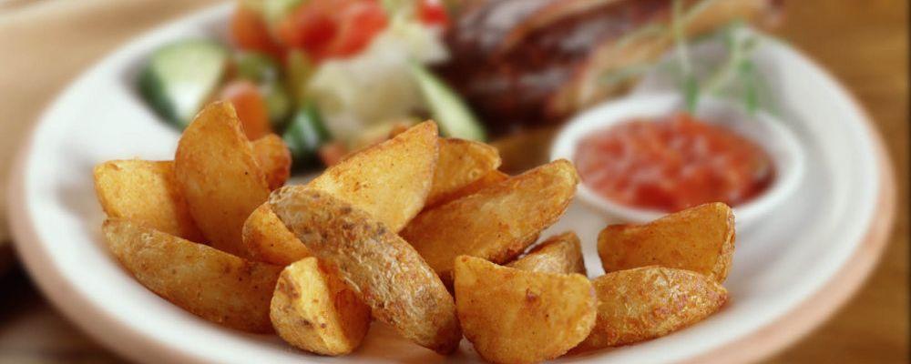 Žebírka s pikantními americkými bramborami a salsou
