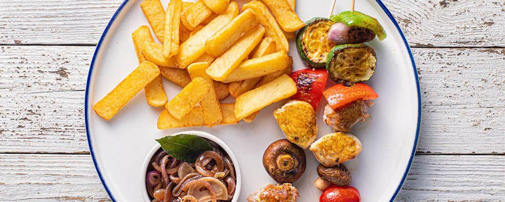 Kuřecí špízy se salsicciou, zeleninou, karamelizovanou cibulí a hranolkami Steak Fries