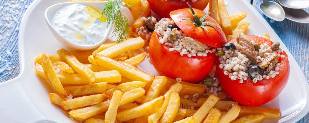 Rajčata plněná makrelou, ječnými kroupami, kapary a olivami s hranolkami a omáčkou tzatziki